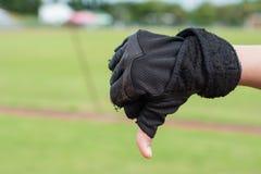 La mauvaise main avec des gants de sport pour indiquent bon Photo stock
