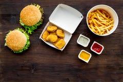 La mayoría de la comida de alimentos de preparación rápida popular Pepitas, hamburguesas y patatas fritas de Chiken en espacio de fotografía de archivo