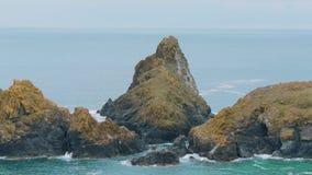 La mayoría de la costa costa hermosa en Cornualles - la ensenada de Kynance almacen de video