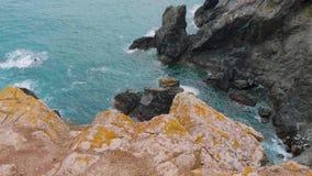 La mayoría de la costa costa hermosa en Cornualles - la ensenada de Kynance almacen de metraje de vídeo