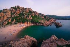 La mayoría de la isla hermosa en Europa El agua más clara en el mar Mediterráneo Costa Paradiso foto de archivo