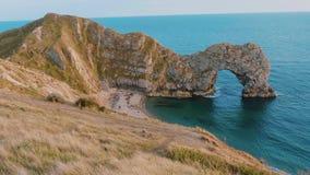 La mayoría de los lugares hermosos en Inglaterra - la puerta de Durdle cerca de Dorset almacen de metraje de vídeo