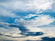 La mayoría del cielo nublado y azul imagenes de archivo