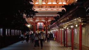La mayoría del templo famoso en el templo de Tokio - de Senso-Ji en la noche - TOKIO, JAPÓN - 12 de junio de 2018 metrajes