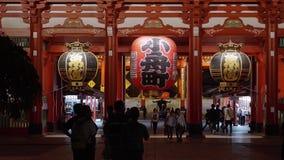 La mayoría del templo famoso en el templo de Tokio - de Senso-Ji en la noche - TOKIO, JAPÓN - 12 de junio de 2018 almacen de metraje de vídeo