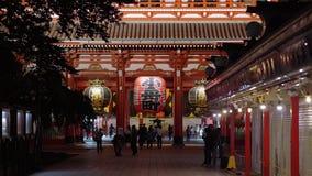 La mayoría del templo famoso en el templo de Tokio - de Senso-Ji en la noche - TOKIO, JAPÓN - 12 de junio de 2018 almacen de video
