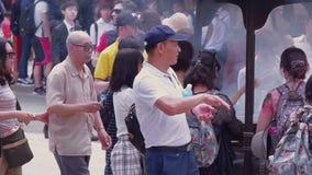 La mayoría del templo famoso en Tokio - el templo de Senso-Ji en Asakusa - TOKIO, JAPÓN - 12 de junio de 2018 almacen de metraje de vídeo
