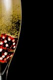La media flauta de champán con la multa del oro burbujea y los dados rojos Fotos de archivo libres de regalías