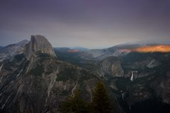 La medias bóveda y caídas de Nevada del parque nacional del yesemite foto de archivo