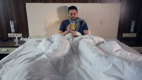 La medicina de consumición del hombre enfermo Retrato Primer 4K almacen de metraje de vídeo