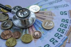 La medicina ha costato - lo stetoscopio sopra una pila di euro Fotografia Stock Libera da Diritti