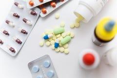 La medicina, píldoras dispersó en un fondo blanco Foto de archivo