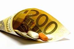 La medicina se envuelve en una nota del euro 200 como símbolo de la paga enferma o Imagen de archivo libre de regalías