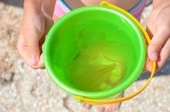 La medusa ha preso nel secchio nelle mani dei bambini Immagini Stock Libere da Diritti