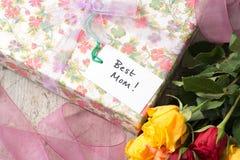 La meilleure étiquette de cadeau de ` de maman de ` sur un présent enveloppé de jour de mères Image stock