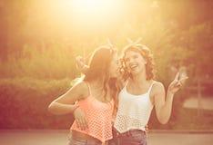La meilleure étreinte d'amies Coucher du soleil Photos stock