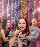La meilleure partie de karaoke de girlsfriends Image stock
