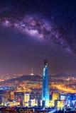 La meilleure vue de la Corée du Sud avec le mail du monde de Lotte et manière laiteuse à la forteresse de Namhansanseong photo libre de droits
