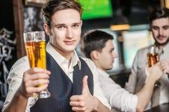 La mejor cerveza Tres hombres de los amigos que beben la cerveza y que tienen togeth de la diversión Fotos de archivo libres de regalías