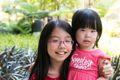 La mejor hermana dos en parque Fotos de archivo