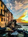 La mejor puesta del sol Riomaggiore Italia Cinque Terre foto de archivo