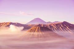 La mejor salida del sol en el color en colores pastel de Indonesia del parque nacional de Bromo Tengger Semeru del soporte imágenes de archivo libres de regalías