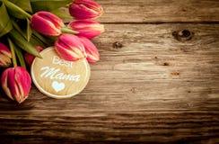 La mejor tarjeta de felicitación de la mamá en la madera rústica del grunge Foto de archivo libre de regalías
