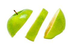 La mela deliziosa matura ha tagliato nelle fette che galleggiano sul fondo bianco immagine stock