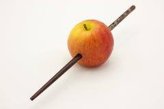 La mela rossa è stata pugnalata da di legno Fotografia Stock Libera da Diritti
