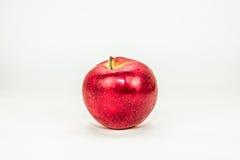 La mela rossa è tagliata ed isolata su backgroun bianco Immagini Stock