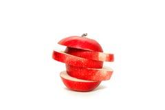La mela rossa è tagliata ed isolata su fondo bianco Immagini Stock