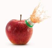La mela rossa con il collo e la spremuta della bottiglia spruzza immagine stock libera da diritti