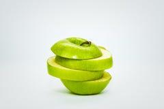 La mela verde è tagliata ed isolata su fondo bianco Fotografia Stock Libera da Diritti