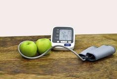 La mela verde può prendere la cura della vostra pressione sanguigna immagini stock libere da diritti