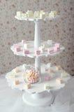 La melcocha en un pedestal tres-con gradas se coloca en una tabla p borroso fotografía de archivo libre de regalías