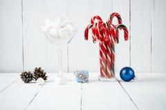 La melcocha y el caramelo de la composición del Año Nuevo de la Navidad se pegan en gl Fotos de archivo