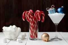 La melcocha y el caramelo de la composición del Año Nuevo de la Navidad se pegan en gl Foto de archivo libre de regalías