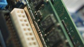 La memoria ranura el primer en la placa madre con el chipset y la conexión atada con alambre almacen de metraje de vídeo