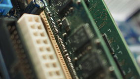 La memoria scanala il primo piano sulla scheda madre con il chipset ed il collegamento metallico video d archivio