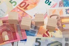 La mentira de billetes de banco con de madera corta en cuadritos Imagen de archivo libre de regalías