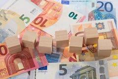 La mentira de billetes de banco con de madera corta en cuadritos Imagenes de archivo