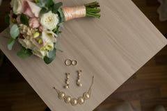 La mentira de los anillos de bodas en la tabla Imagen de archivo