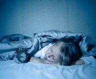 La mentira de la niña despierta en medio de la noche desordenes durmientes del sufrimiento cansado y agitado imágenes de archivo libres de regalías