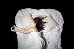 La mentira femenina joven en cama y guarda el café, visión desde arriba; Fotos de archivo libres de regalías