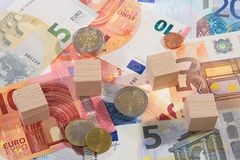 La menzogne delle banconote con di legno taglia le monete a cubetti Immagine Stock