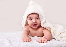 La menzogne infantile sull'asciugamano bianco Immagine Stock