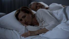La menzogne invecchiante delle coppie insonne a letto, donna ha girato di nuovo all'uomo, rancore fotografie stock