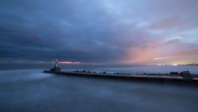 la mer à l'aube avec la mer agitée photos libres de droits