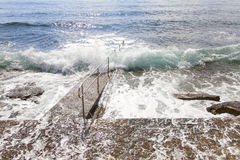 La mer énergique ondule le roulement dessus au quai images libres de droits