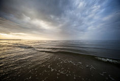 La mer baltique calme et le ciel coloré de coucher du soleil Photos stock